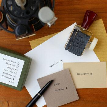 168通りの「きもち」を表現できる回転印。12種類のメッセージを14種類のマークと組み合わせて、自分のその時の気持ちを表現することができます。名刺サイズの用紙に1つ押すだけでもカードになりますよ。