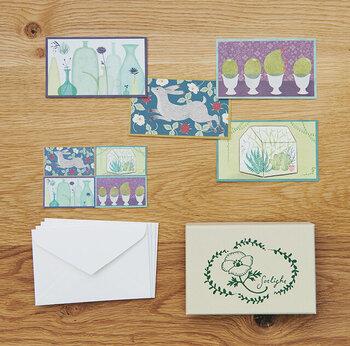 小池葉月さんによるイラストレーション・ブランド「sotlight(ソットライト)」のCOLOR CARDS BOX(カラーカードボックス)。絵本の1ページを切り取ったようなカードと封筒、マスキングシールが小箱に入っています。ブランド名の通り、日常にそっと光を灯してくれるような素敵なカードたち。紙もの好きさんへのギフトにしても喜ばれそう。