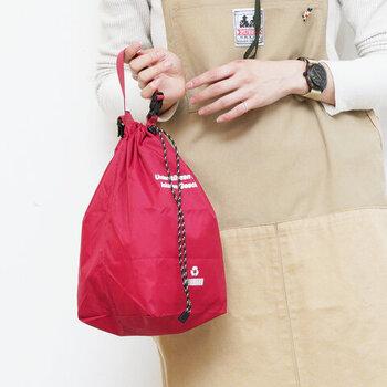 抗ウイルス加工を施した、リサイクルナイロンの高機能なバッグ。小さく折りたたむこともできるので、メインのバッグの中に常備しておくのにも◎です。