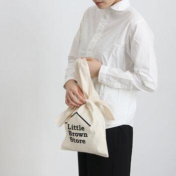 どんな風に結んでいるのかしら?と、目を引くバッグは、果物農家で使われるビニールバッグにヒントを得たデザイン。定番の巾着とも異なる存在感が嬉しいですね。