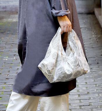 インドの伝統技法ブロックプリントで作られたあずま袋は、シンプルなコーデのアクセントに。1点1点微妙に表情が異なるため、特別感も味わえます。