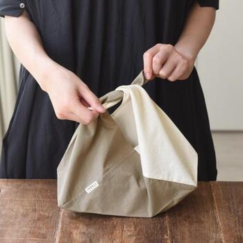 柔らかいオーガニックコットンを草木染した、地球にも優しいあずま袋。天然の染料独特の色合いを楽しめます。