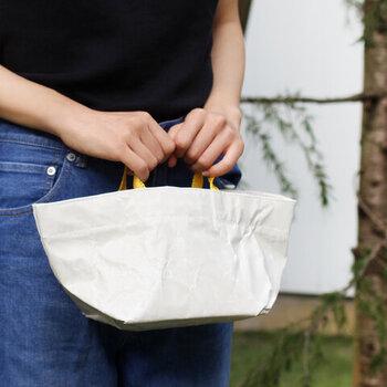シンプルなのに存在感のあるバッグは、持ち手にユーズドやデッドストックの吊り具が使われており、ひとつとして同じものはないそう。バッグ本体は、ラミネート加工を施した厚手の綿で、デイリー使いにもぴったりです。