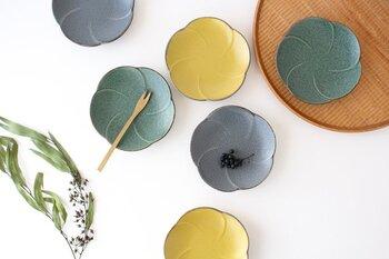 日本一の窯産業地である、岐阜県の東濃地方で生産された美濃焼の銘々皿。梅の花は銘々皿にも多くみられる形です。  和食器でありながらどこか洋食器の雰囲気を漂わす質感。お色もグリーン、マスタード、グレーと落ち着いた色合いで、和洋どちらでも使えます。