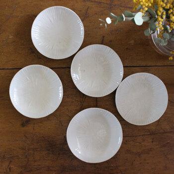 しのぎの入ったシンプルな銘々皿は、和食だけじゃなく洋食にも合う上品さ。ほどよい高さがあり、料理を入れても安定感があります。  3.5寸(10cm)と4.5寸(13cm)と6.5寸(19cm)があるので、銘々皿として選ぶなら3.5寸か4.5寸を選びましょう。
