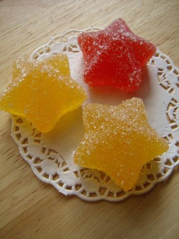 寒天ゼリーも昔風のおやつ。フルーツピューレに寒天液を加えて型に流し、固めます。クッキングシートやお皿、レースペーパーなどにのせて数時間~一晩くらい乾燥させます。適度に乾いたゼリーにグラニュー糖をまぶして完成。乾かしすぎるとそのあとグラニュー糖が付きにくくなりますのでご注意を。