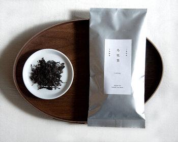 めずらしい日本産の烏龍茶。紅茶に近い味わいで、ミルクを入れてもおいしくいただけます。温かいままでもおいしいですが、冷やして飲むと夏にぴったりのさわやかな味に。
