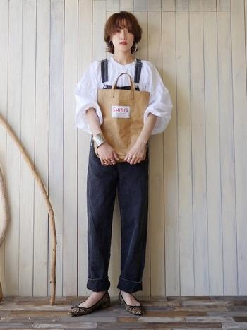 白のボリューム袖がふわっとさわやか。トップスと靴で女性らしさ、デニムのオーバーオールでボーイッシュに。ふたつのイメージのバランスを上手くまとめています。
