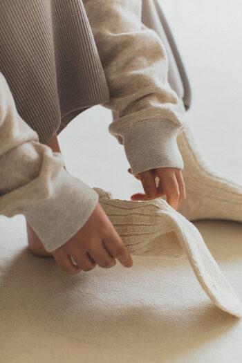ふわふわとした綿スラブ糸やカラー綿糸と一緒に和紙の糸を編みこんで作られたソックス。丈夫で通気性がよく、ムレにくいのが特長です。締めつけの原因となるゴムは履き口だけにとどめ、リブの自然な伸縮を活かすことで程よいフィット感になるよう仕上げています。13色の豊富なカラーバリエーションからお好みのアイテムをお選びください。