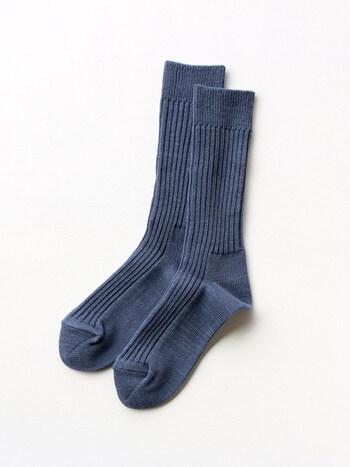 細くしなやかな綿糸と一緒に吸湿速乾性のある和紙の糸を編みこんで作られたスムースリブソックス。サラサラとした肌ざわりで吸湿性も良く、夏場でもムレにくいのが特長です。