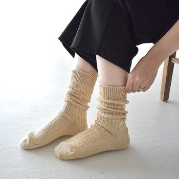 国内一の生産量を誇る靴下の産地、奈良県・広陵町の工場で生産しているソックスブランド「RoToTo(ロトト)」。こちらは、リネンの清涼感とコットンの肌触りを兼ね備えたソックス。
