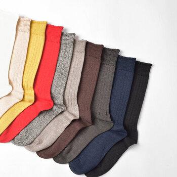 内側は肌あたりの良いコットン、外側には通気性と速乾性に優れたリネンがくるように編み立てられているので履いていてノーストレス。ブラック、ネイビー、ホワイトなど定番の色から、レッドやイエローなどコーデの差し色になる色まで、10色のカラーバリエーション。