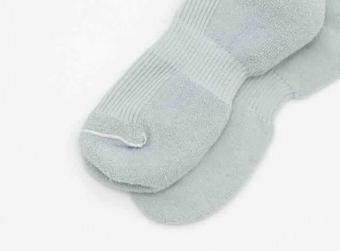 土踏まず部分にゴムが入っているので、足底の靴下のズレを防いでくれます。オーガニックのコットンを使用しているので、お肌に優しい履き心地。