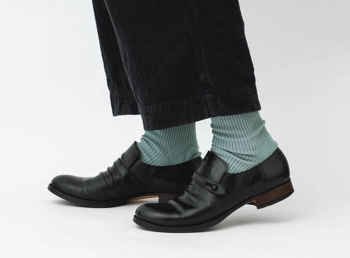 こちらの「STYRAX(スタイラックス)」は、リブ編みにパイルが入れられる希少な機種を使用して作られており、足底にパイル編みが入っているのでプレーンな見た目からは想像できない快適さ。革靴との相性も抜群です。