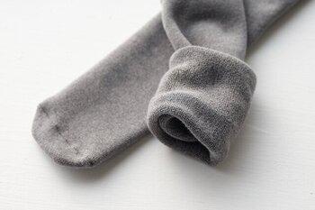 全体がパイル編みになっているから、肌と編地の間に空気を含み、保温性や吸湿性に優れた柔らかな履き心地になっています。