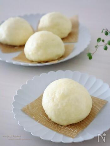 家庭に蒸し器がなくてもフライパンがあれば大丈夫。フライパンを使って肉まんが作れるんです。  水を張ったフライパンにクッキングシートを敷いてそこへ肉まんを並べます。蓋をして蒸せば完成。