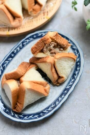 食パンに肉だねを包んでレンジで加熱した。朝食におすすめの肉まんレシピ。  日本の肉まんの生地は甘めが多いですが、本場の肉まんは甘くないものが多いそう。食パンの耳を切り落とすとより一層肉まんに近づきます。