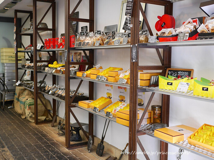 床材のレンガをはじめ、アンティークの家具小物のディスプレイなど、一般的なパティスリーとは違ったこだわりを感じる店内もステキです。