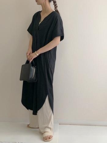 レトロな雰囲気のスクエアミニボストンバッグ。そしてスクエアトゥのトングサンダル。ワンピースの黒とパンツの白にそれぞれ色を合わせた、メリハリのあるおしゃれ上級者コーデです。