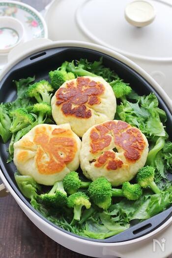 肉まんをホットプレートで蒸し焼きにしてもOK。野菜の水分で蒸し焼きにします。  焼き目をつけるとカリッと香ばしく、いつもの肉まんと一味違った味に仕上がりに。