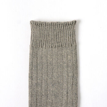清涼感のあるリネンベースの生地だから、通気性・湿度調整に優れ、1年中履くことのできる快適な履き心地。立体感のあるざっくりとしたリブ編みが特長で、履き口を細めのリブ編みに切り替えることでフィット感がアップしています。