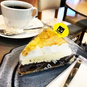 こちらの「レモンパイ」は、チョコスポンジの上にレモンクリームとメレンゲがのった爽やかな味わいが特徴。しっかりと酸味がきいていて、飽きずに食べられますよ。甘さ控えめで男性にも人気のひと品です。