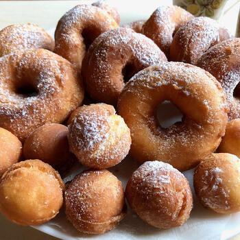 砂糖をまぶしたドーナツは、懐かしい家庭のおやつの代表的なものですね。薄力粉、卵、牛乳などシンプルな材料で作りますが、お菓子作り初心者の方はホットケーキミックスを使えば手軽で時短になりますね。生地をしっかりと冷やしてから型抜きするのがコツ。