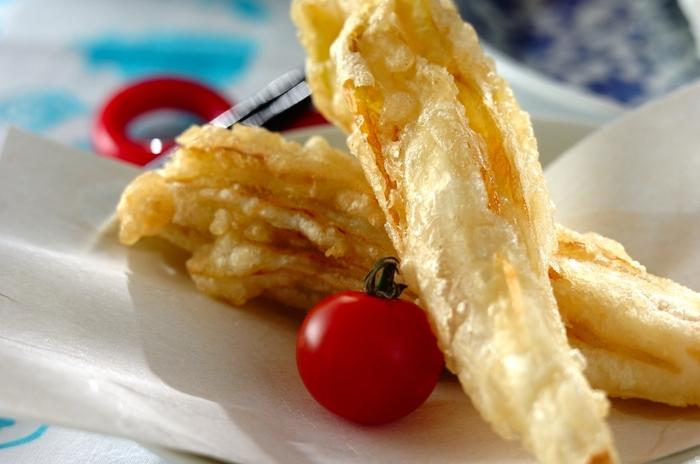 さくっとしたチコリの天ぷら。春先に食べる山菜の天ぷらのような感覚でいただけます。  チコリらしいほろ苦さと、天ぷらの食感の良さでクセになる美味しさですよ。