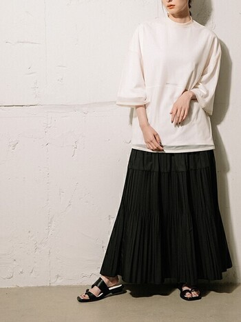 こちらはシアー素材のビッグT。キャミソールやTシャツなどインナーによって表情の違いを楽しめます。細かいプリーツのスカートと靴を黒で合わせれば、Tシャツスタイルでも上品に、スタイルよく見せてくれますよ。
