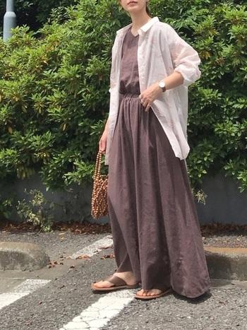 ブラウンのワンピースにさらりと羽織ったシアーシャツ。シアー素材がはじめての人でも挑戦しやすい取り入れ方です。さりげないアソート柄とオーバーサイズ感がポイント。靴とバッグの色をワンピースと合わせて統一感を。