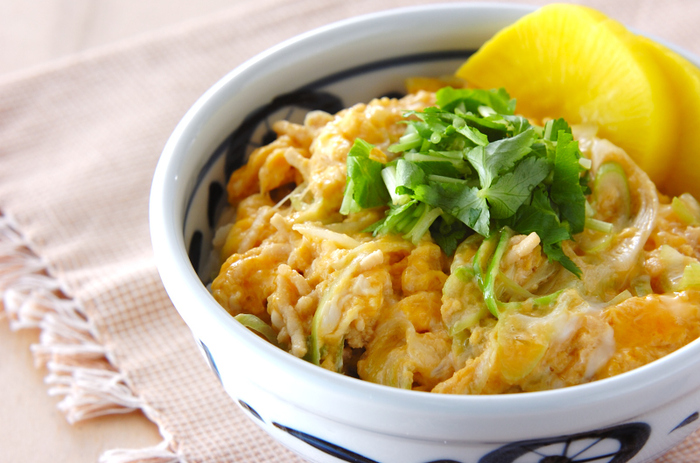 鶏ひき肉を使えば、親子丼も包丁要らずで作れます。白ねぎや三つ葉はキッチンばさみでOK!通常の鶏もも肉よりも火の通りが早く、パパッと作りたいランチにぴったりです。
