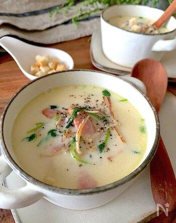 えのきとベーコンの旨みを引き出したスープは、クリーミーな豆乳でヘルシーに。レシピでは包丁で切っていますが、キッチンはさみでカットしてもOK。そのまま飲んでも、パンを浸して食べても美味しいですよ。
