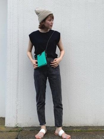 ブラックTシャツ&ブラックデニムのコーデに、明るいベージュのニット帽をオン。サンダルで肌見せすれば、重い印象になりません。