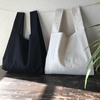 annyeon洋品店さん作の、その名も「コンビニサイズ エコバッグ」。お洒落な見た目にも関わらず、コンビニのお弁当を入れるのにちょうど良いサイズで作られています。