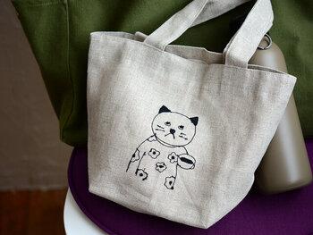 ミシン刺繍作家の菅原しおんさんと、倉敷意匠計画室のコラボお弁当バッグ。ミシンのステッチで、ここまで表情豊かな猫さん達を描けるなんて圧巻です。毎日のお弁当が楽しみになりそう。
