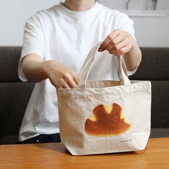 見ているだけでお腹が空きそうな、パンのプリントのバッグ。お弁当を入れるのも良いですが、ランチ用のパンを入れたくなりそうです。