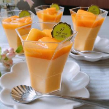 混ぜるだけで出来上がるお手軽レシピ。マンゴーピューレと冷凍のマンゴーチャンクを使います。マンゴーのすっきりしつつも濃厚な味わいが、冷やした烏龍茶にぴったり。
