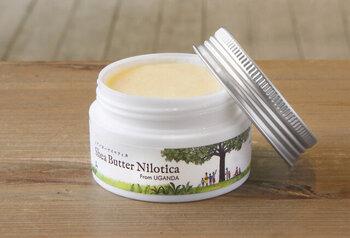 ウガンダの大自然で育ったシアの樹からとれたシアバターを使用しているクリームです。ソフトでなめらかな手ざわりが魅力で、塗り込むほどに肌をしっとりと保湿してくれます。  手に取ったクリームは、手の温度で少し柔らかくしてから伸ばすと馴染みやすくなります。子供も使える100%天然由来成分なので、敏感肌さんにもおすすめです。体だけでなく髪にも使えますよ。