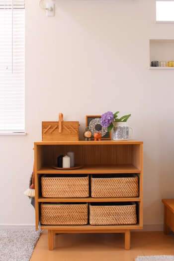 """一日の中で、もっとも長い時間を過ごすリビングルーム。シェルフなど、中が見える収納にも""""かご・バスケット""""はぴったりです。籐、竹、白樺…など、素材を揃えて使えば、統一感のあるインテリアに!棚にぴったりとはまり、出し入れしやすい様、収納する棚のサイズを測ってから購入するのもポイントです。"""