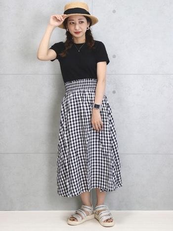 シンプルなデザインのTシャツは、爽やかなギンガムチェックのスカートと合わせても素敵。シンプルになりすぎないように、ヘアスタイルやアクセサリーで華やかさをプラスするとおしゃれです。