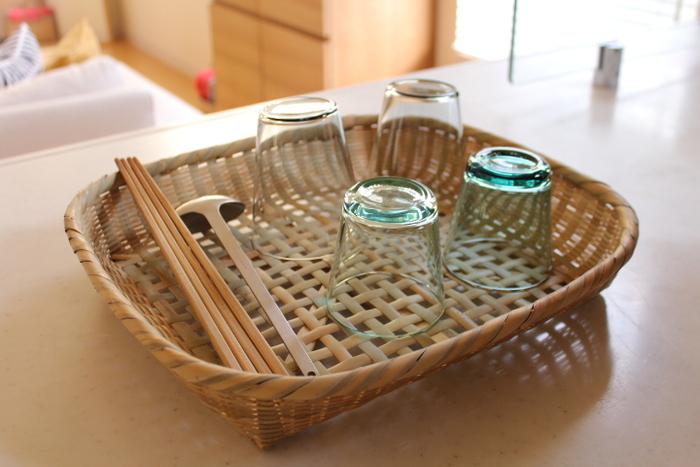 平らなかごは、コップや器を洗った後の、水切りとして使うのにとっても重宝します。時々、日陰でしっかりと干してあげるのが、長持ちの秘訣です。