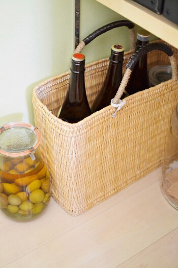長方形で自立するかごバッグなら、ファイルボックス感覚で使えます。重さのあるお酒やお醤油などを保管するなら、丈夫な取っ手が付いているのが正解です。ファイルボックスと違って、表に出ていてもインテリアに馴染みます。