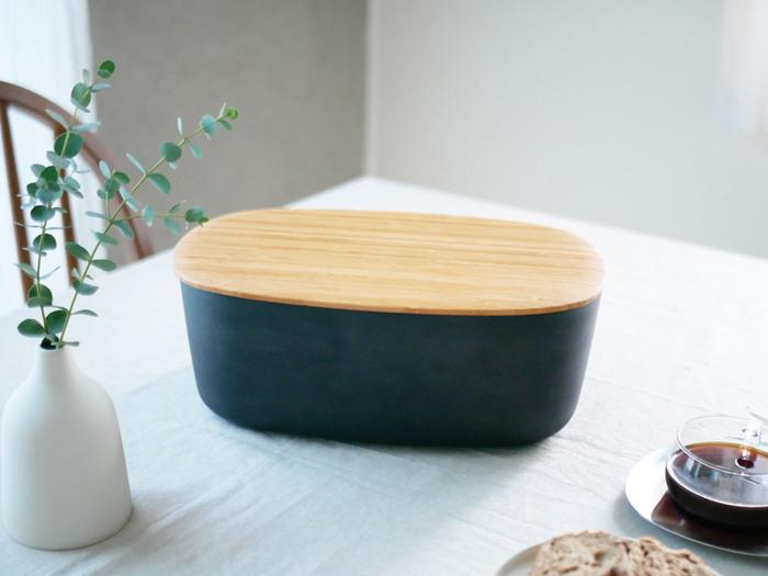 こちらは上から取り出しができるブレッドケース。黒だけど丸みのあるシルエットなので、優しい印象に。温もりを感じさせる竹製の蓋は、裏返せばなんとカッティングボードに早変わり。ベーシックだけどおしゃれな収納アイテムを取り入れれば、朝食の時間も楽しくなりそうですね♪