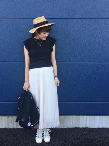 トップスや小物もシンプルにモノトーンでまとめたコーデは、夏のおでかけにぴったりな爽やかでアクティブなコーデ。プリーツスカートはゆったりと着こなせるので、マタニティコーデにもおすすめです。