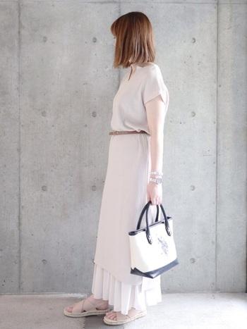 シンプルなプリーツスカートはワンピースとレイヤードしても素敵。肌見せのバランスを調整したいときや、冷房の効いている空間で長時間過ごすようなときにもおすすめです。
