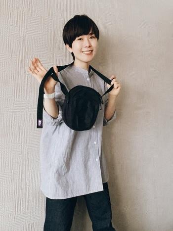 ベーシックなストライプのシャツに、ストレッチジーンズを合わせたコーディネート。ゆったりシルエットのアイテム同士を合わせるときは、丈感や全体のシルエットのバランスに気をつけると◎