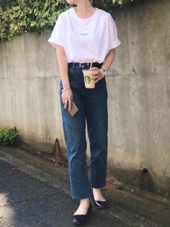 ビッグシルエットのTシャツは野暮ったくならないように袖をロールアップして、パンツインした裾は少しだけ取り出してこなれ感を。足元はスニーカーでなくパンプスにすることで、レディな印象に仕上げています。