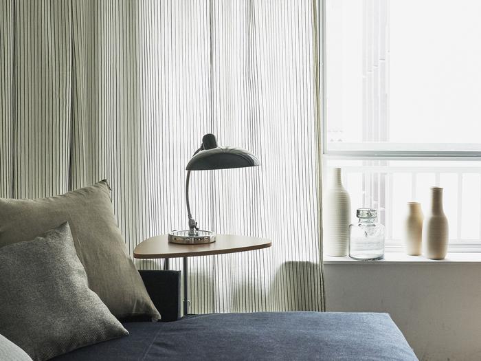 主張の少ない細めのストライプ柄で、カーテンをさりげなくアクセントに。遮光性の低いものは、レースカーテンとも合わせて光を調整しましょう。