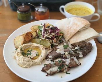 中東らしいお肉料理が食べたい方は、「ラムシャワルマプレート」はいかがでしょうか?ローストラム肉はヘルシーで食べ応えもあります。