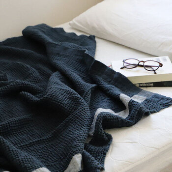 夏といえば白や青といった爽やかなカラーを思い描きがちですが、大人の寝室にはネイビーもおすすめ。ぽこぽこしたワッフル素材のブランケットでも、可愛らしさを引き締めてくれるカラーです。